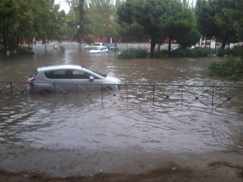 La lluvia crea enormes problemas de movilidad y vuelve a inundar la Avenida de los Rosales